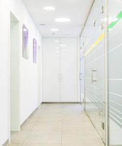 Flur zu den Patientenzimmern in der Gemeinschaftspraxis Dr. Helge Loock und Kollegen.
