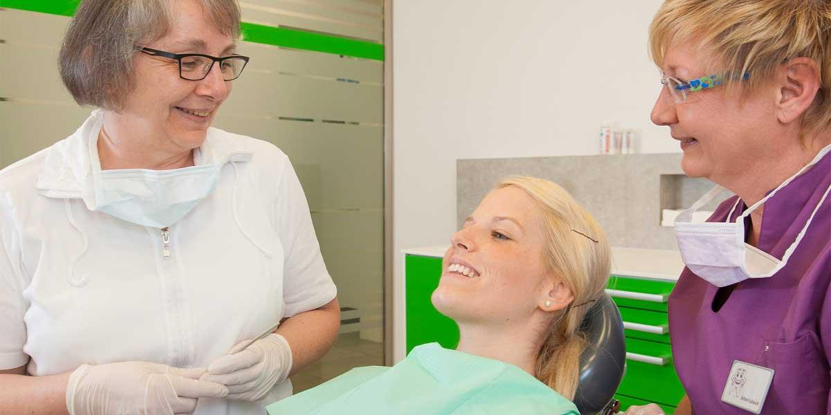 Zahnärztin Gerlinde Matzner bei einer Patientenbehandlung.
